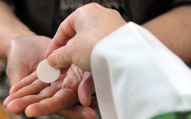 Communion-in-the-hand-C